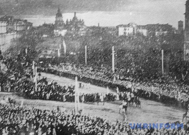На фото: урочистості на Софійській площі у Києві з нагоди проголошення Акта Злуки