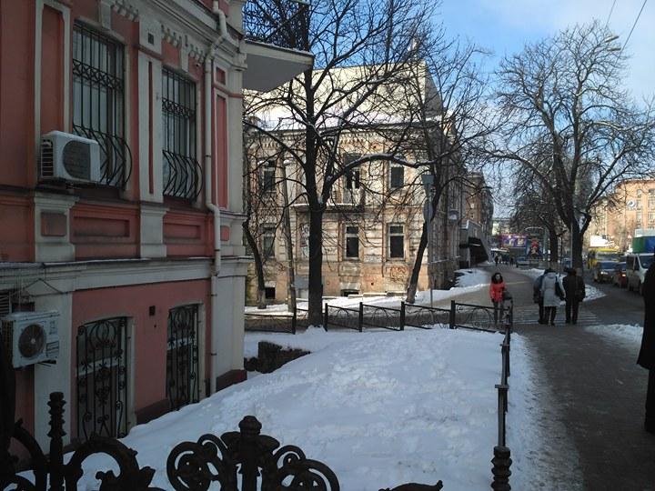 Ліворуч - Київська місцева прокуратура, праворуч - особняк архітектора І. Ніколаєва
