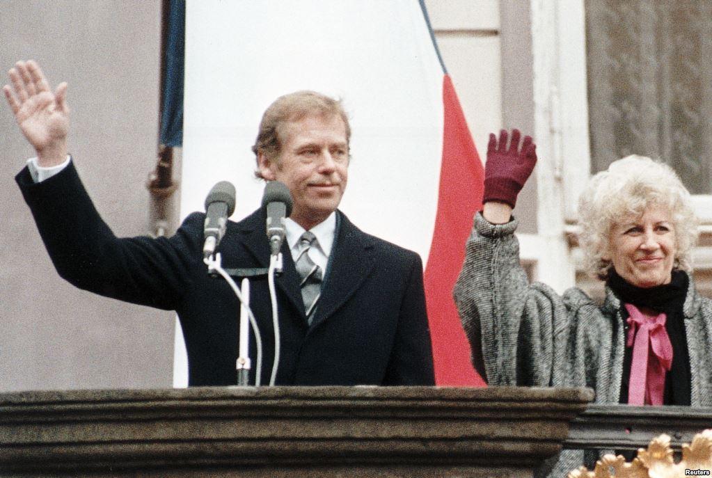29 грудня 1989 року нині покійний Вацлав Гавел був обраний президентом Чехословаччини. На фото він з дружиною Ольгою вітає громадян на Празькому Граді