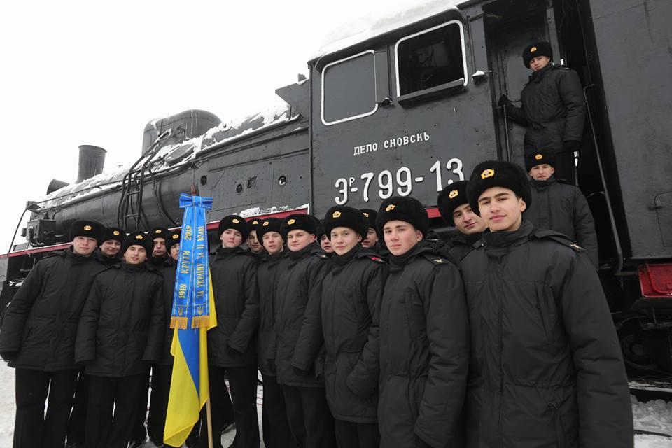 Музей героїв Крут був розміщений у потязі з шести вагонів і платформи з єдиною гарматою, яка була на озброєні українського загону  / Фото: Любімов Євген. Укрінформ