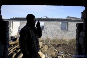 Im Donbass feindliche Mörser und Schützenpanzer im Einsatz, ein Soldat verwundet