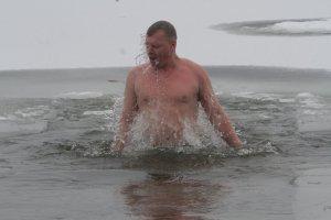 Врач рассказал, как подготовиться к купанию в проруби