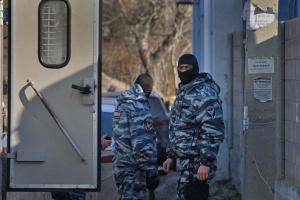 У Криму силовики з автозаком вже кілька годин стоять біля мечеті