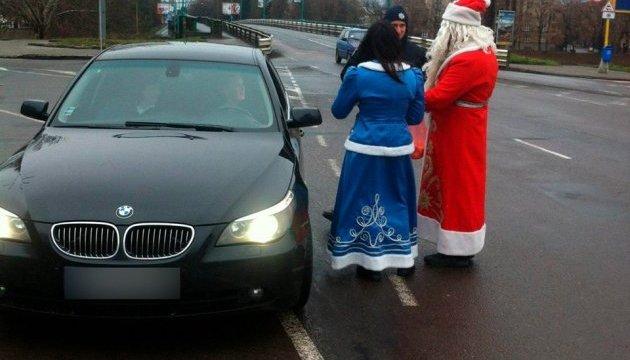 На Закарпатті Діди Морози-патрульні зупиняли авто, аби вручити смаколик