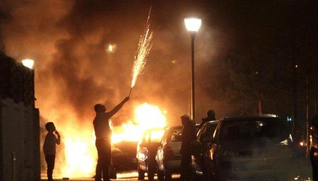 Под Парижем новогоднюю ночь хулиганы подожгли 250 авто