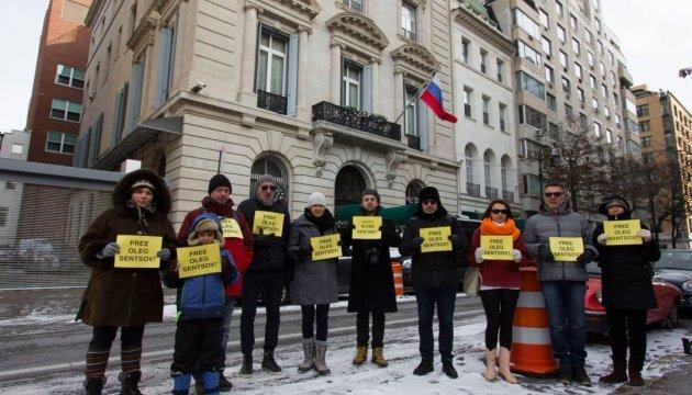Под посольством РФ в Нью-Йорке требовали освободить Сенцова