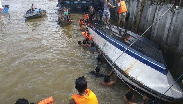 В Индонезии во время наводнения погибли 11 школьников, один пропал