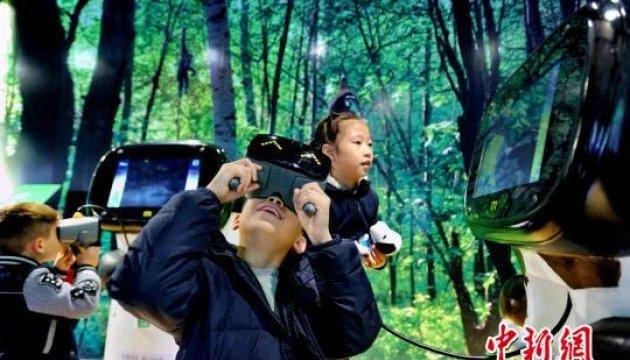Поцілунки з пандою: у Китаї відкрили віртуальний зоопарк