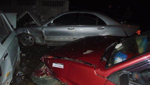 У Рівному Mercedes протаранив паркан і пошкодив 25 автівок