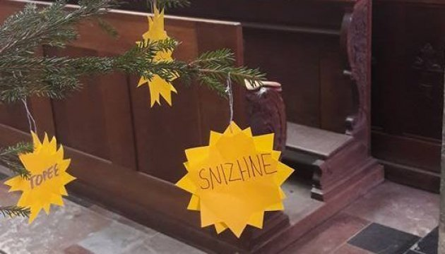 Christmas tree in Prague cathedral decorated with names of occupied Ukrainian towns