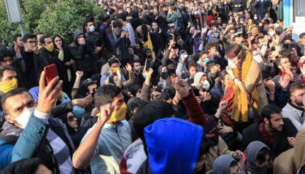 Протесты в Иране: парламент требует от правительства