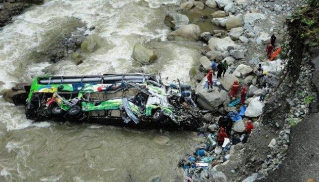 Страшна ДТП в Перу: автобус зірвався у прірву, загинули понад 25 осіб