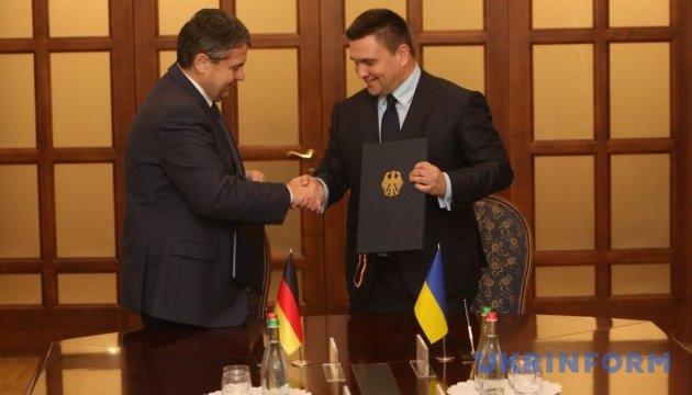 Украина и Германия подписали соглашение о трудовой деятельности членов семей дипломатов