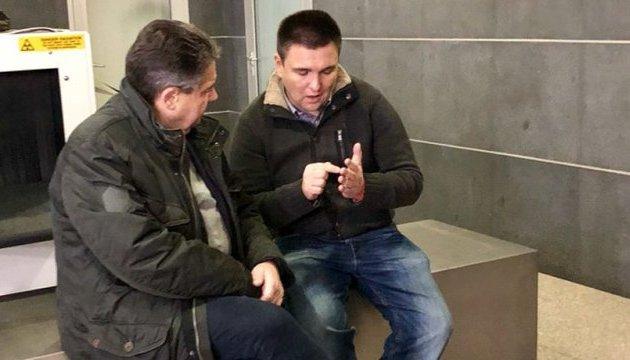 Klimkin und Gabriel verschieben die Reise nach Donbass wegen schlechten Wetters