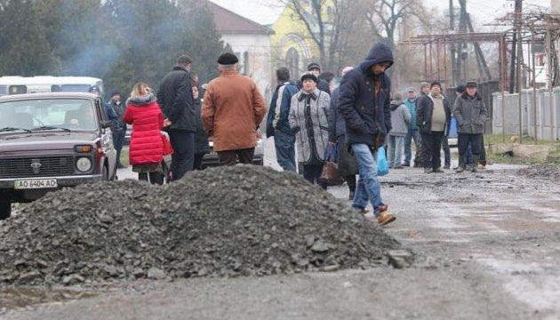 На Закарпатті селяни два дні блокували дорогу, щоб почався ремонт