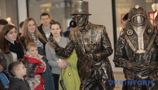 Харків заполонять клоуни, міми й живі статуї