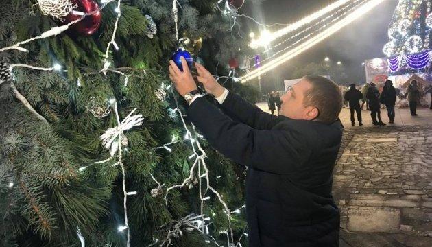 У Кременчуці новорічну арку прикрасили кулькою від Укрінформу