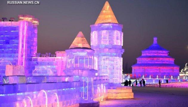 В Китае создали неоновое королевство изо льда и снега