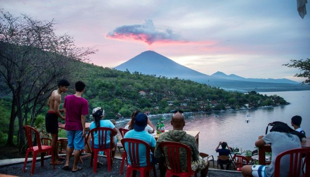 На фоне проснувшегося вулкана Агунг