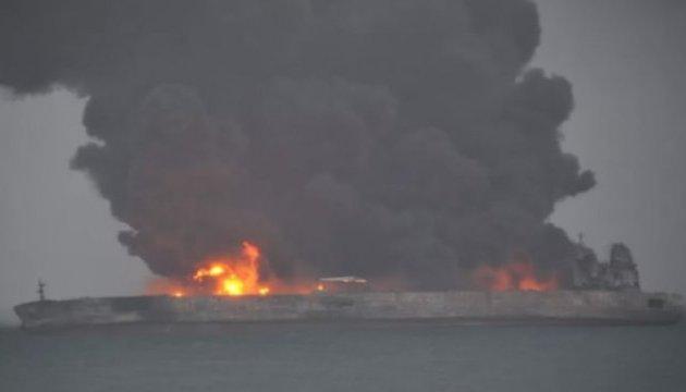 Пожар у берегов Китая: на борту танкера нашли погибшего