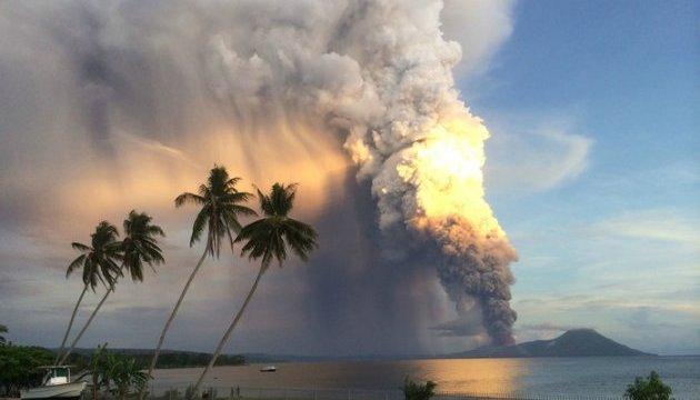 На острове в Папуа-Новой Гвинее свирепствует вулкан, 50% территории уже под лавой