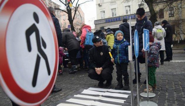 У Києві на «Різдвяних зустрічах з патрульними» дітлахів катають 6 авто