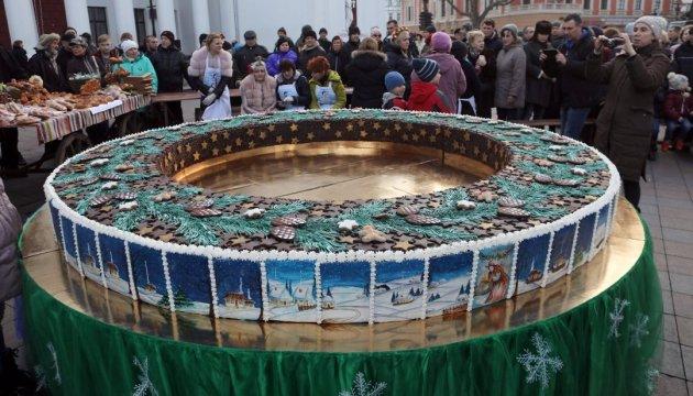 В Одессе угощали 500-килограммовым рождественским калачом
