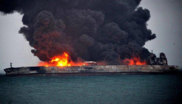 Танкер у берегов Китая может гореть около месяца