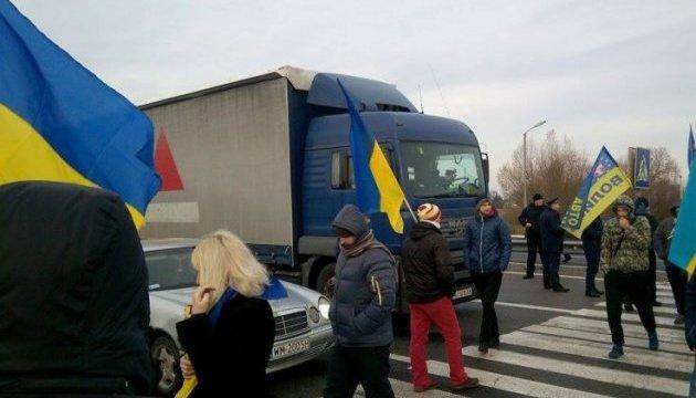 На Волыни протестующие перекрыли трассу к