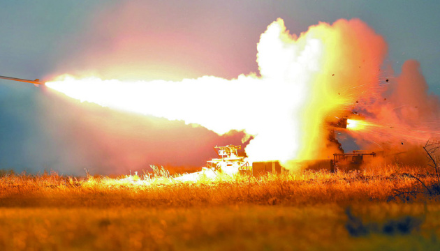 Военные показали ночные стрельбы из артиллерии