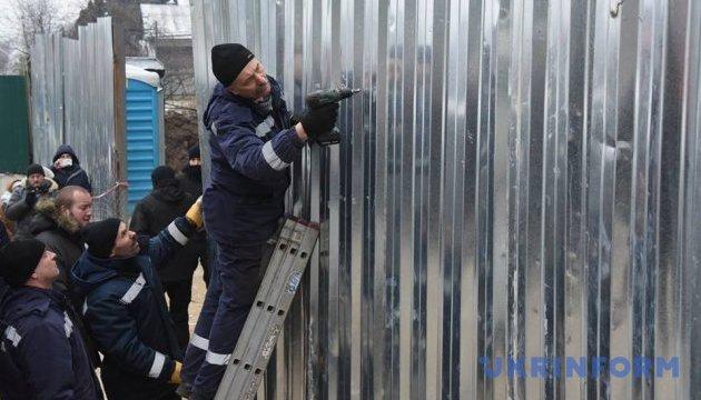 Забор вокруг скандального строительства на Печерске снесли