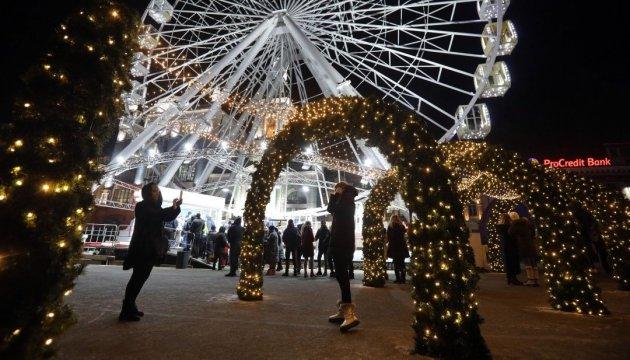 キーウ市コントラクト広場の新年の様子をドローンで撮影