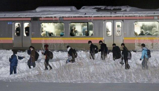 В Японии сотни пассажиров провели ночь в застрявшем в снегу поезде