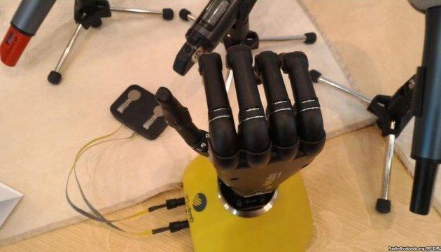 Ucranianos crean una prótesis de mano biónica con una impresora 3D (Vídeo)