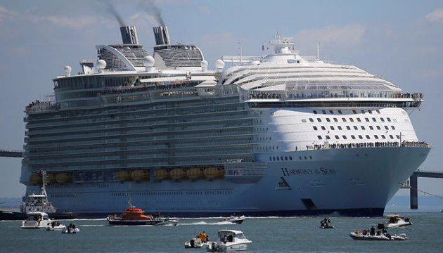 В порту Барселоны паром протаранил круизный лайнер