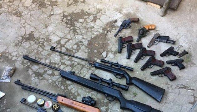 На Одесщине мужчина переделывал травматическое оружие в боевое: изъяли 11 пистолетов