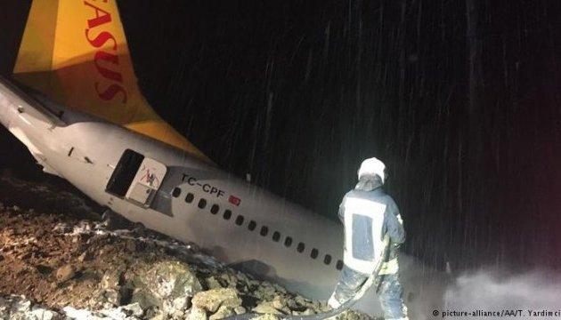 В Турции самолет выкатился за посадочную полосу и едва не упал в море