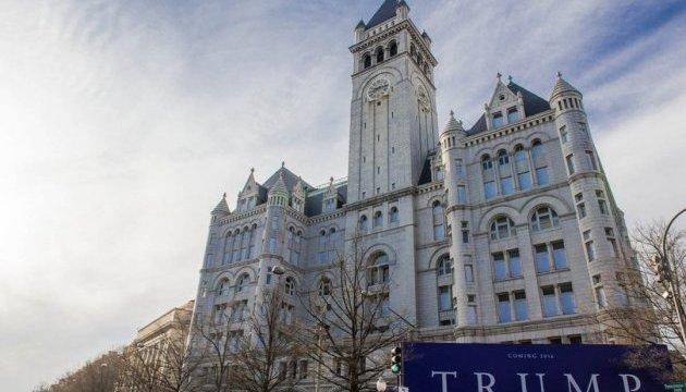 В Вашингтоне на отеле Trump International появилась проекция-надпись «грязная дыра»