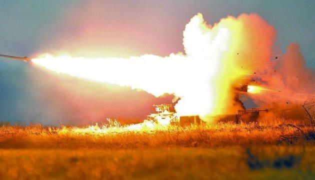 Les militaires ukrainiens ont montré des images de tirs d'artillerie nocturnes (vidéo)
