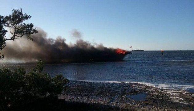 Пожежа на пасажирському судні у Флориді: люди діставалися до берега вплав