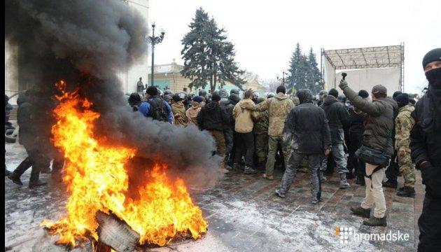 Des affrontements devant le Parlement: les activistes ont brûlé un drapeau russe (photos, vidéo)