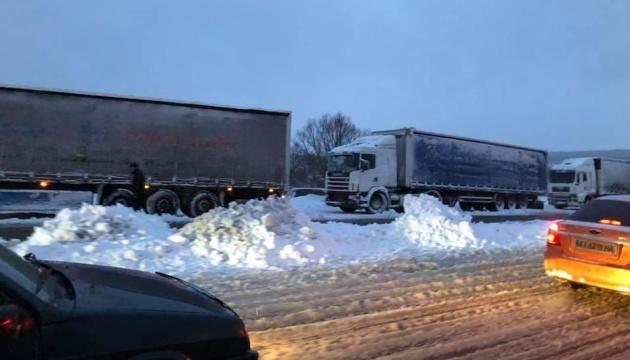 На Вінниччині через негоду обмежили рух вантажівок на двох автошляхах
