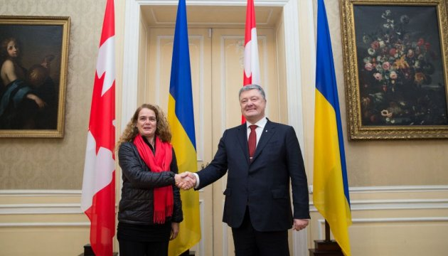 Payette gives Poroshenko a photo of Ukraine taken from outer space