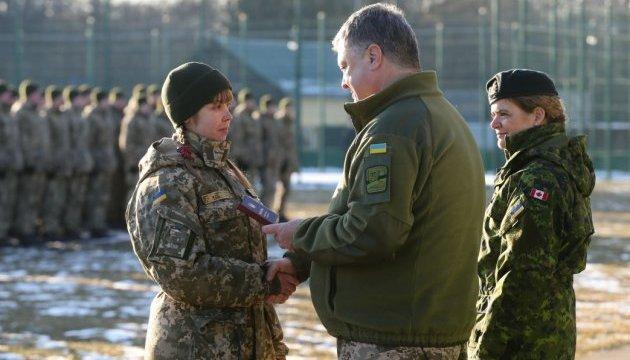 Порошенко на Яворовском полигоне наградил 20 бойцов АТО