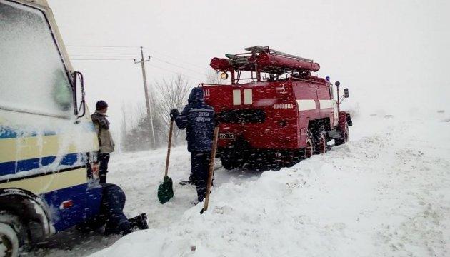 Рятувальники розповіли про перекриті снігом дороги