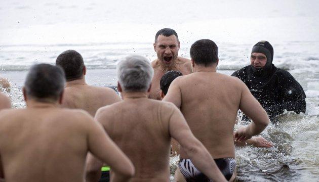 Les Ukrainiens plongent dans l'eau glaciale et Vitali Klitschko n'a pas fait exception