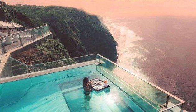На Балі туристам пропонують поплавати в басейні над прірвою