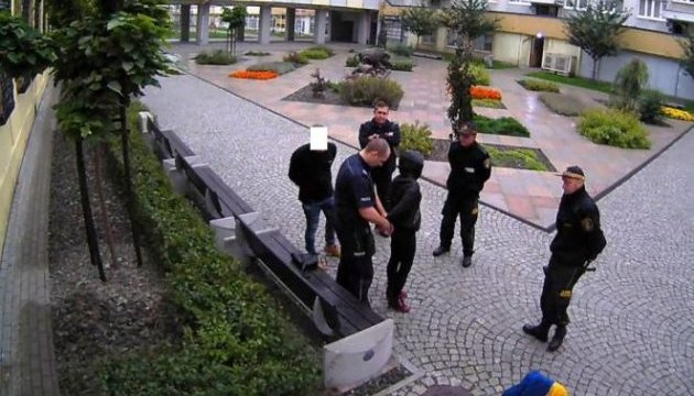 Суд у Польщі покарав трьох молодиків за знищення українського прапора