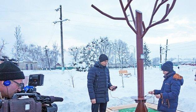 """На Черкащині відкрився парк з """"сонячним деревом"""" та пунктом видачі біометрики"""