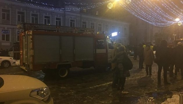 У центрі Києва - масштабна пожежа, палає будинок